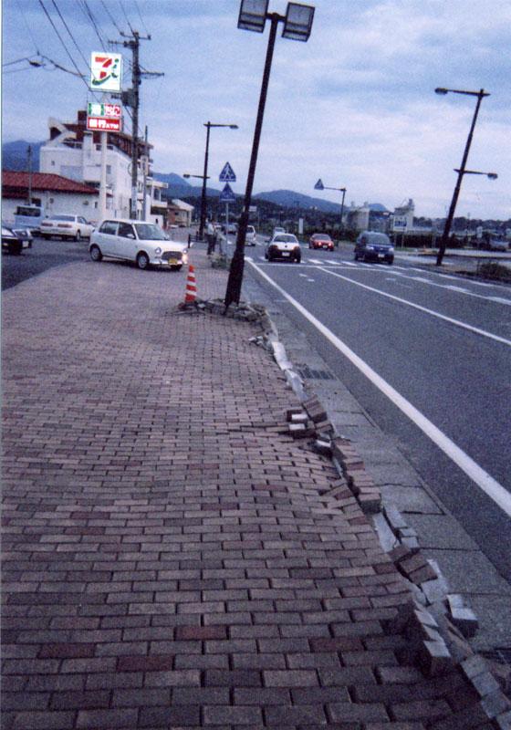 街頭が傾き、歩道の縁石も動きました