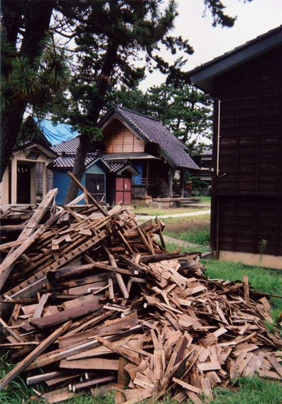 神社とそこからでた瓦礫の山